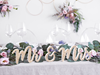 Träbokstäver Mr & Mrs (herr & fru) guldglitter