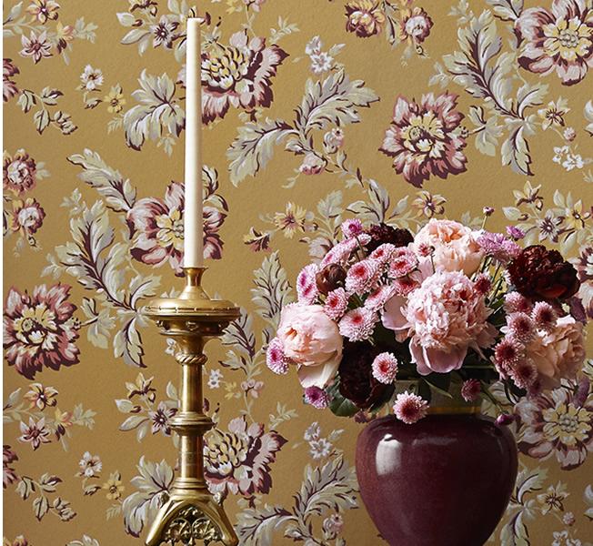Tapet med burgundy blommor- Rosenholm - Från Sandberg