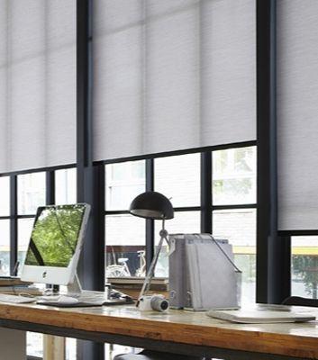 Kontorsinredning med solskydd, mattor, persienner och gardiner